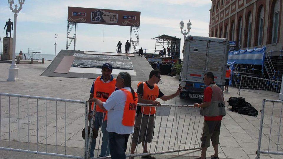 Přípravy podia pro závodní stroje na silvestrovský ceremoniál