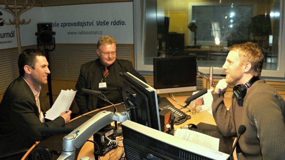 Vysílací studio Radiožurnálu, kde sedí zleva: J. Říha, L. Šedivý a J. Chum