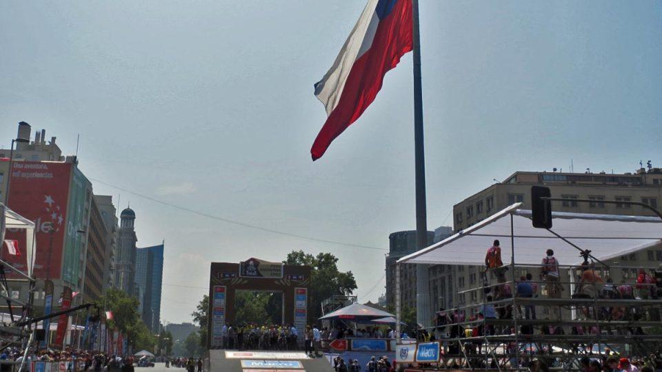 Cílová dakarská rampa pod chilskou megavlajkou