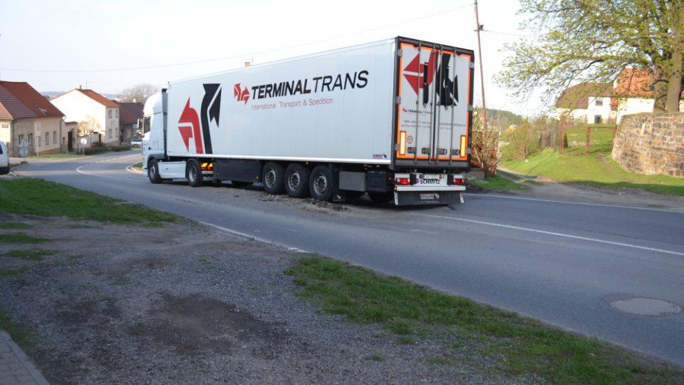 kamion projíždějící přes výmol ve Smečně