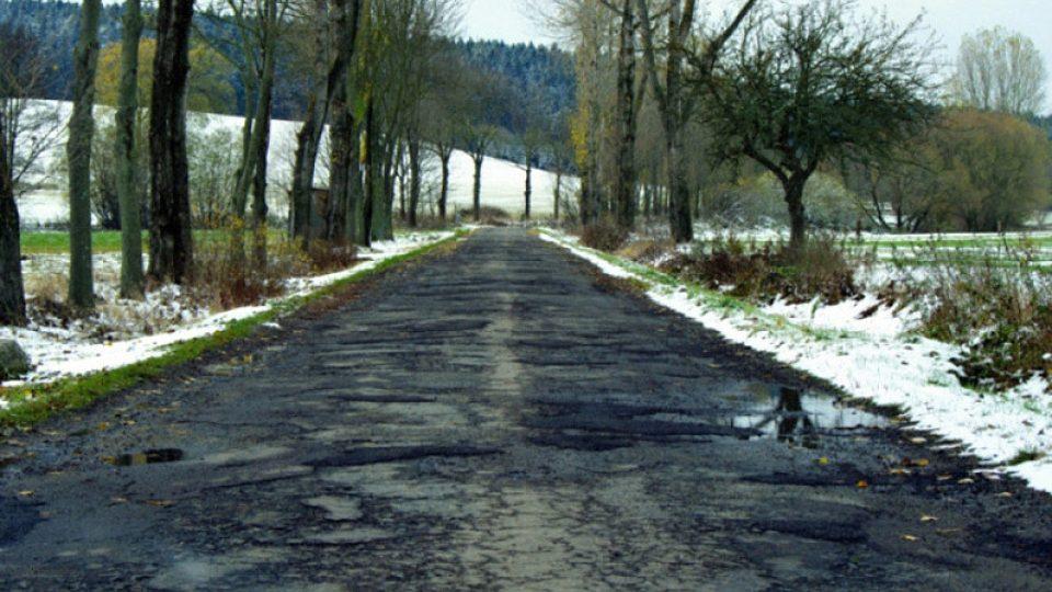 Cesta z obce Svatoslav (okres Třebíč) do Jihlavy - projet tento asi 4 km úsek trvá půl hodiny a tento stav je tam nejméně 10 let.