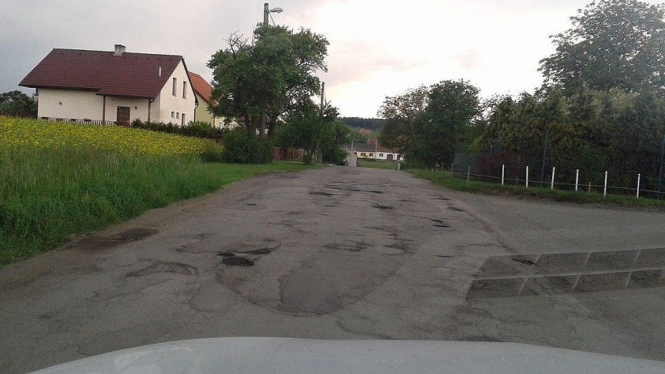 Od Vanovic (okres Blansko) vede tato cesta až do obce Pamětice - příznačný název pro obec, jak je vidět, i cesta už něco pamatuje.