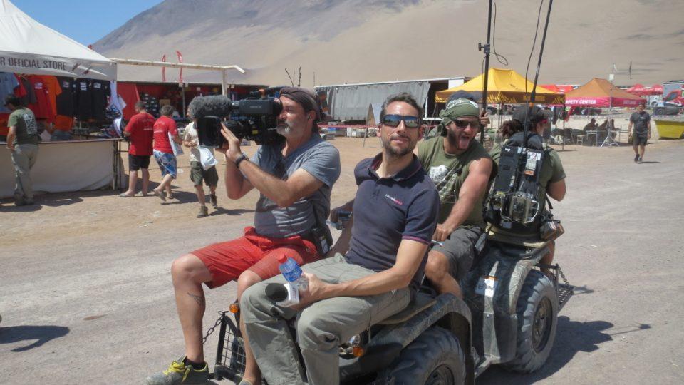 Dakarský TV štáb na lovu