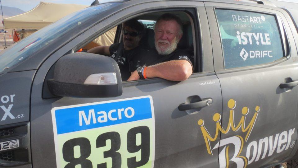 Josef Kalina jezdí v doprovodném novinářském autě