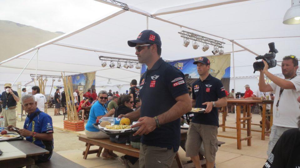 Nasser Al Attiyah na obědě v bivaku