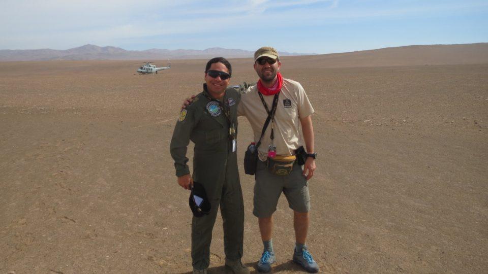 Jan Říha s chilským pilotem vrtulníku
