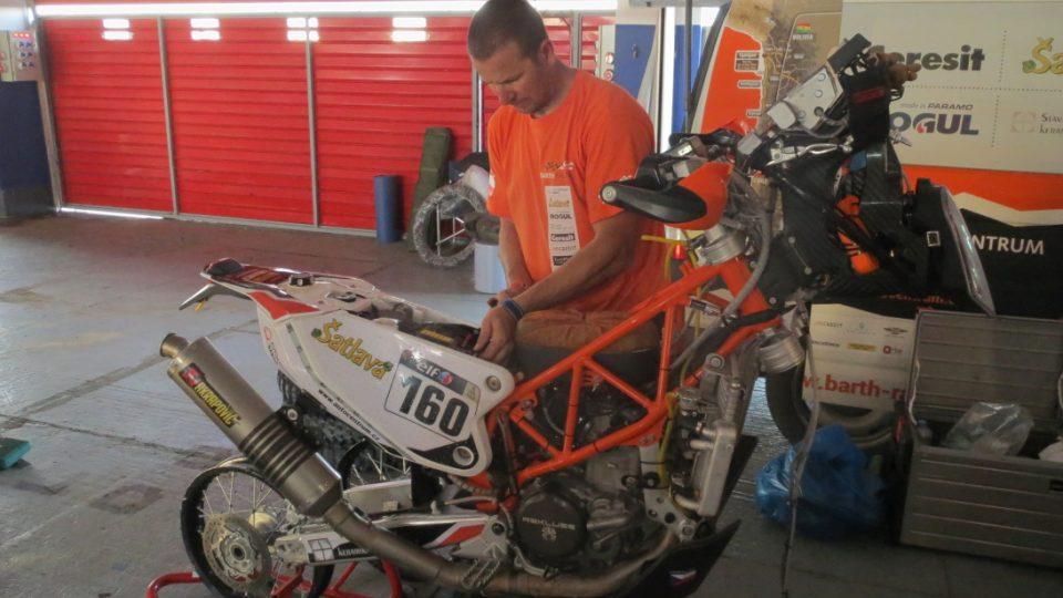Karel Scheder při práci na Klymčiwově motorce