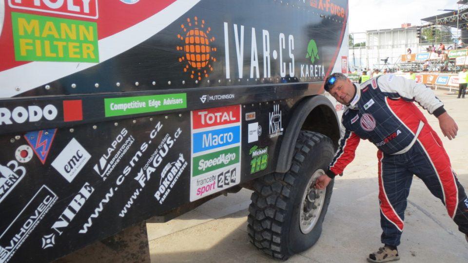 Martin Kolomý projel cílem Dakaru s poloprázdným zadním kolem
