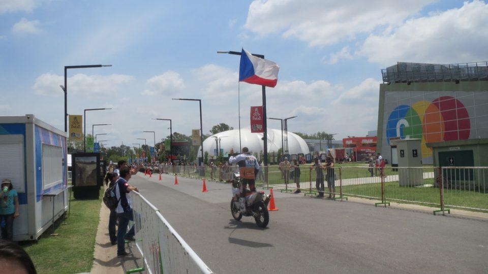 Ondřek Klymčiw přijíždí k rampě s vlajkou ve výškách