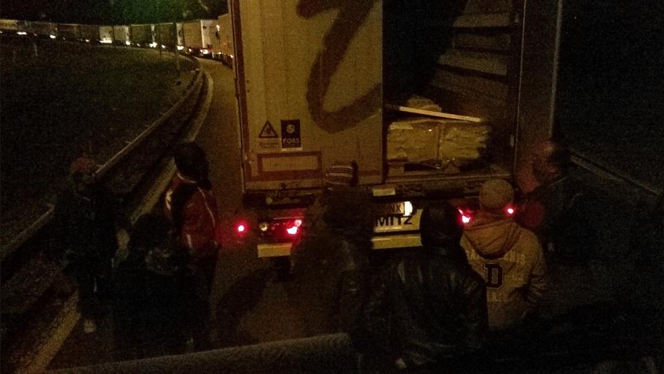 V Calais to vře: Agresivní uprchlíci ohrožují řidiče kamionů